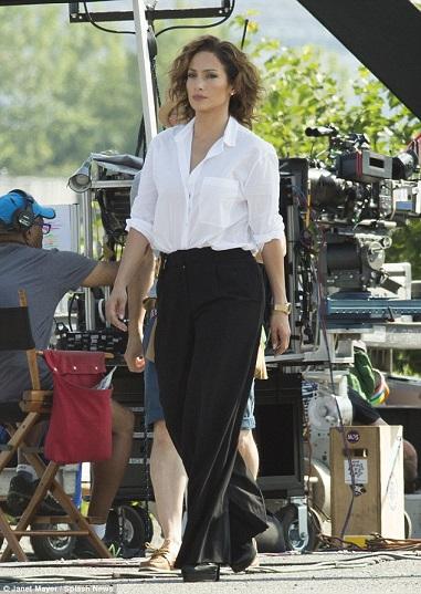 Jennifer_Lopez_looked_ultra_glamorous_as_a_se-a-3_1436601660766
